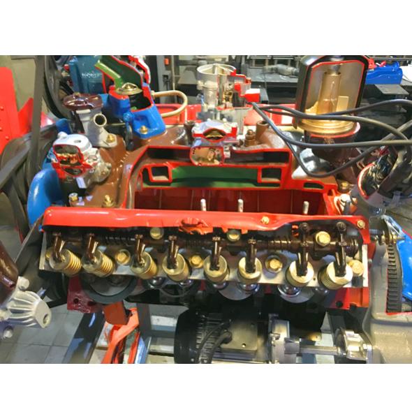 Двигатель автомобиля  ЗИЛ/ГАЗ (карбюраторный) с навесным оборудованием,сцеплением, коробкой передач в разрезе