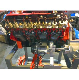 Двигатель автомобиля ЗИЛ/ГАЗ (карбюраторный) с навесным оборудованием,сцеплением, в разрезе (на подставке) с электромеханическим приводом
